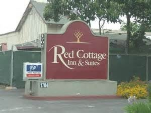 Red Cottage Inn & Suites